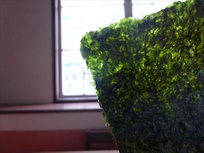 光に透かして見ると、美しい緑色に輝いています
