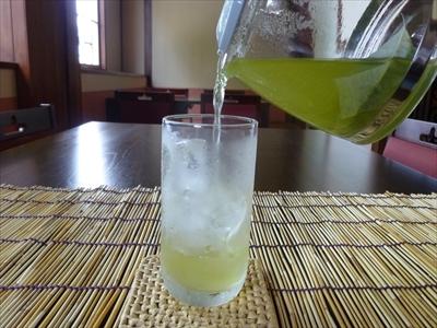氷の入ったグラスに、静かに注いでいきます